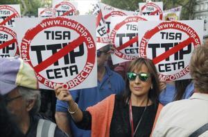 Participantes en la manifestación contra los tratados de libre comercio con EEUU y Canadá en Madrid.