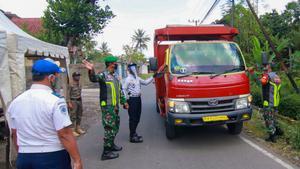 Control militar frente al internado Darussalam Blokabung, donde están confinados cerca de 6.000 alumnos tras el positivo de 664 de ellos.