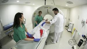 Profesionales sanitarios en la zona de Urgencias del Hospital de Bellvitge.