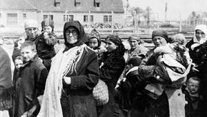 Dones i nens esperen davantel crematori de Birkenau,abans d'entrar a la cambrade gas, el maig de 1944.