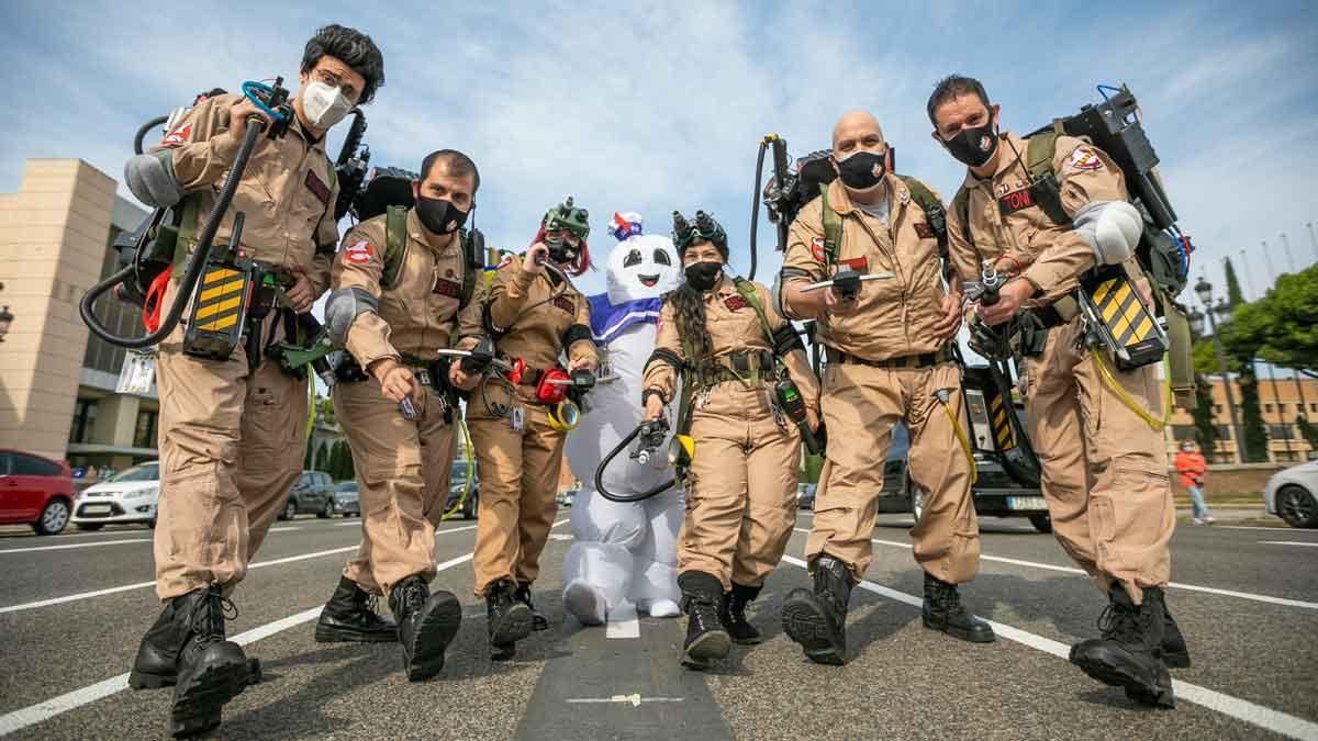 Los miembros de Ghostbusters Catalunya, de patrullapor la Plaza de Espanya.