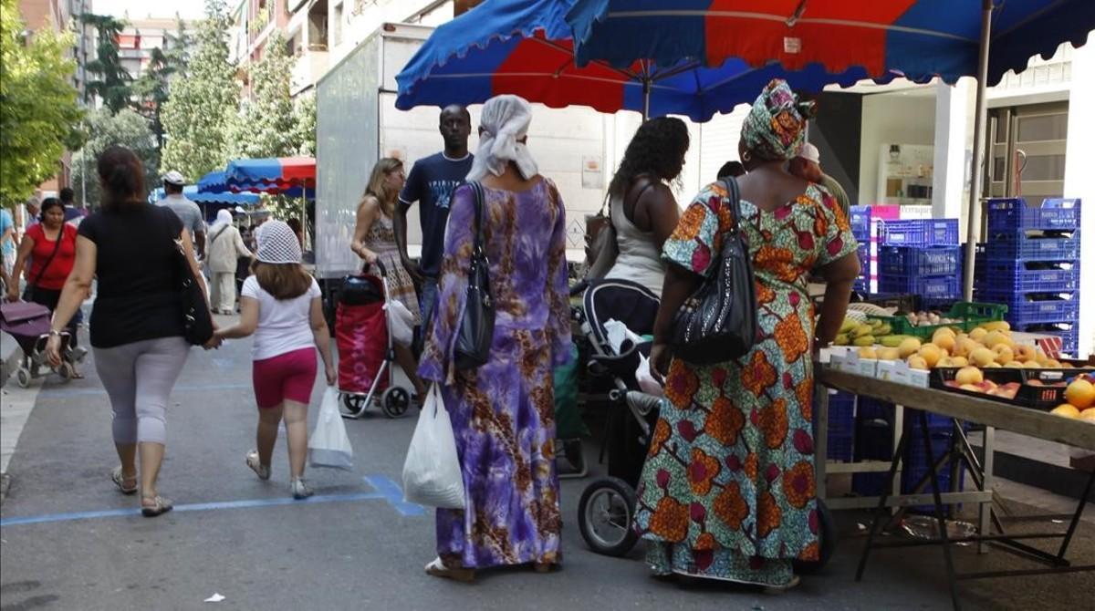 Mujeres de origen extranjero compran en el mercado de Granollers.