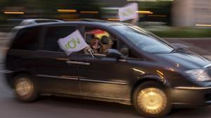 Un automóvil circulando con banderas de Vox.