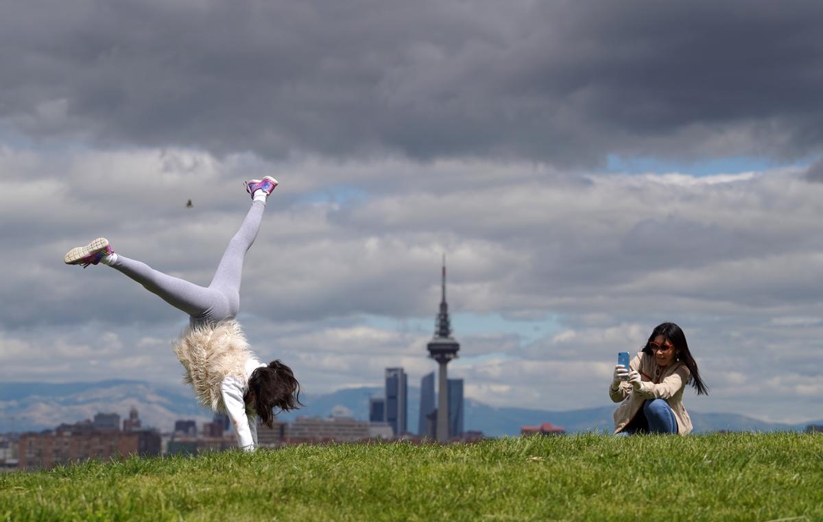 Una madre y su hija juegan en un parque de Madrid.
