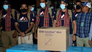 El príncipe de Bahréin junto a sus acompañantes con dosis de la vacuna a su llegada al aeropuerto de Katmandú.