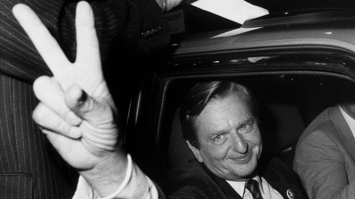 Olof Palme hace el signo de la victoria tras ganar unas elecciones en 1982.