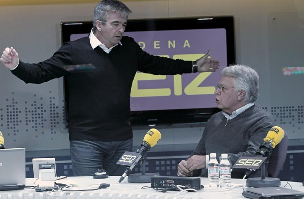 El expresidente del Gobierno Felipe González junto al periodista Carles Francino, de pie, antes de la entrevista.