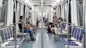 Personas con mascarillas en el metro.