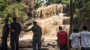 Policías y voluntarios frente a la cascada en la que un árbol mató a 18 personas.