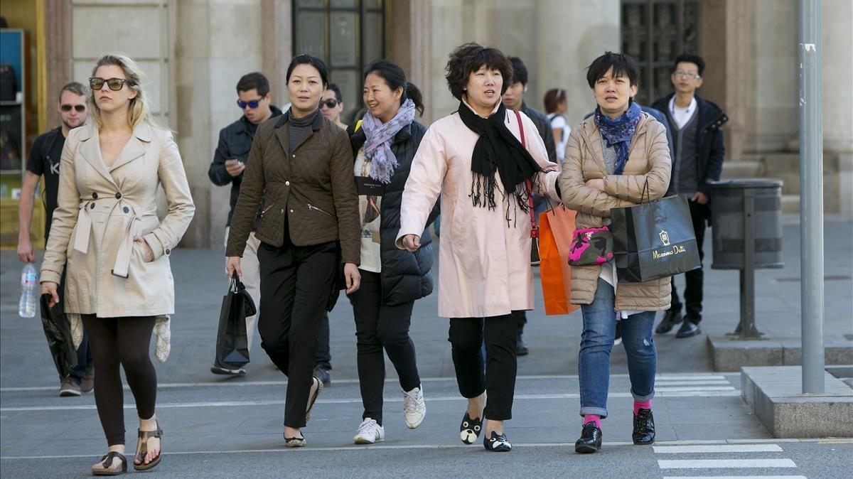 Turistas asiáticos de compras en el paseo de Gràcia.