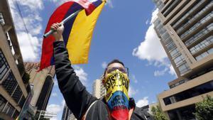 Manifestantes marchan durante la cuarta jornada de paro nacional contra el Gobierno del presidente Iván Duque, este miércoles en Bogotá.