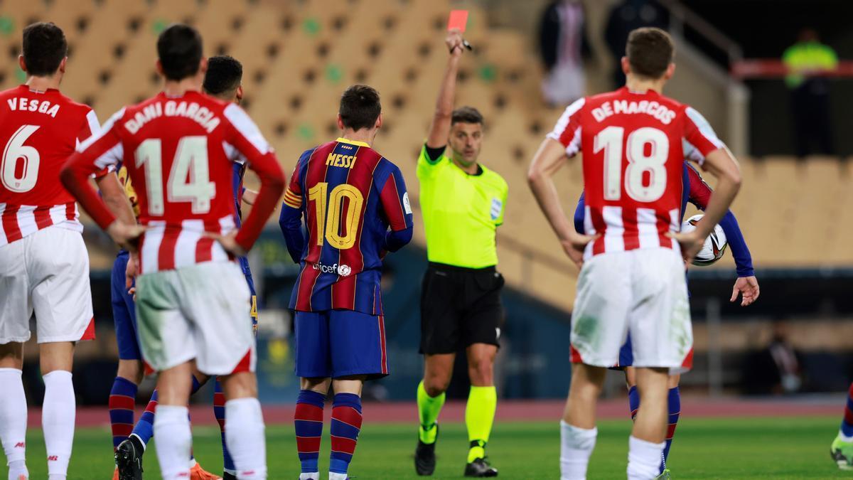Gil Manzano enseña la tarjeta roja a Messi en la final de la Supercopa.