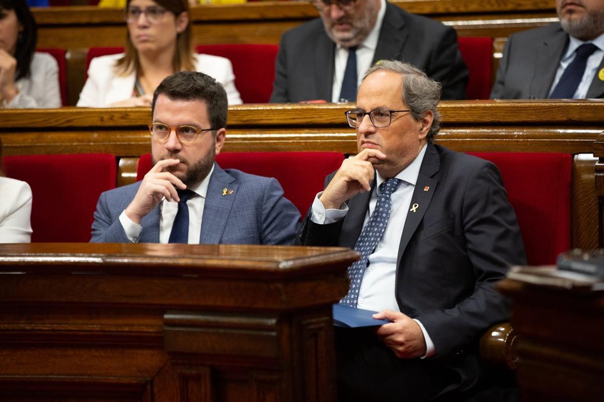 Pere Aragonès y Quim Torra, en el Parlament.