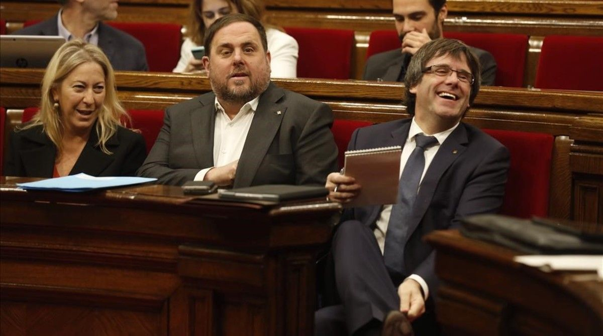 El 'president' Carles Puigdemont, el vicepresidente Oriol Junqueras y la 'consellera' Neus Munté, en una sesión de control en el Parlament.