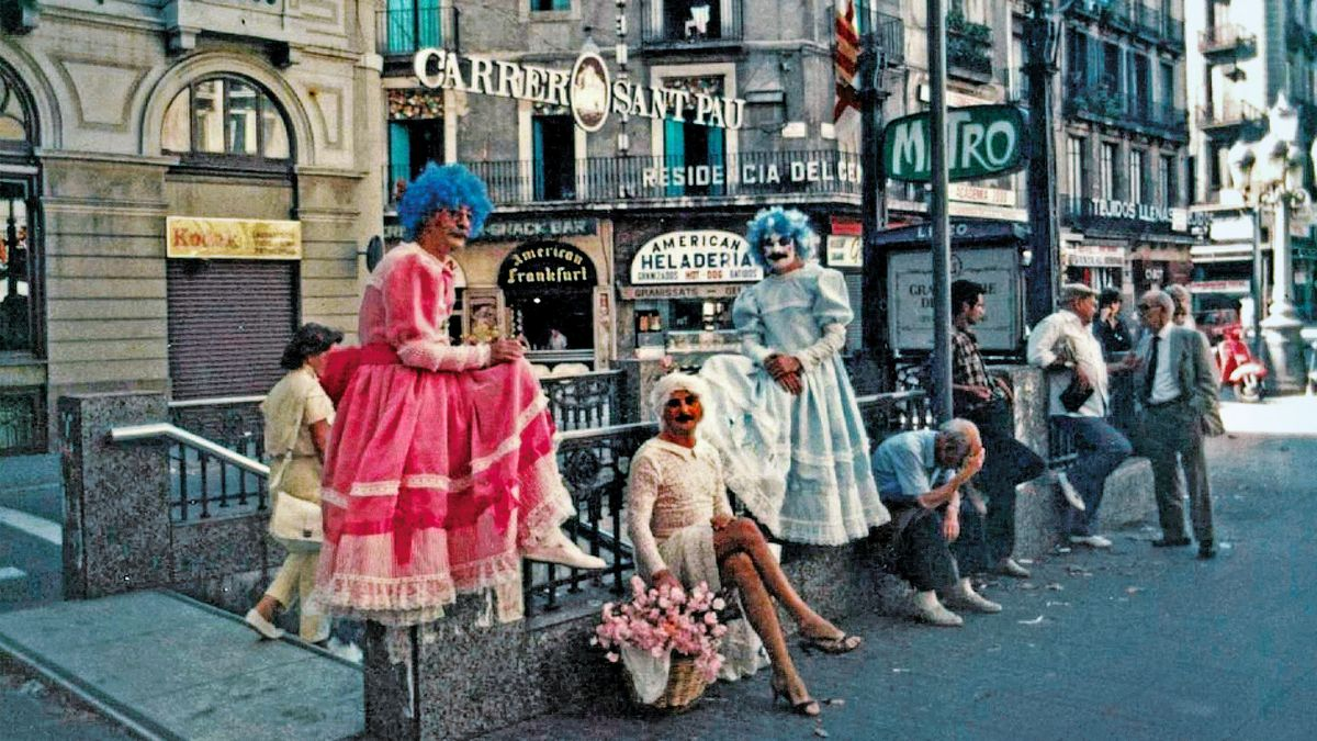 Nazario, Pepe Márquez y Alejandro, en la boca de metro de Liceu, donde lo más llamativo tal vez sea la indiferencia de quienes están a su lado, un signo de aquellos tiempos.