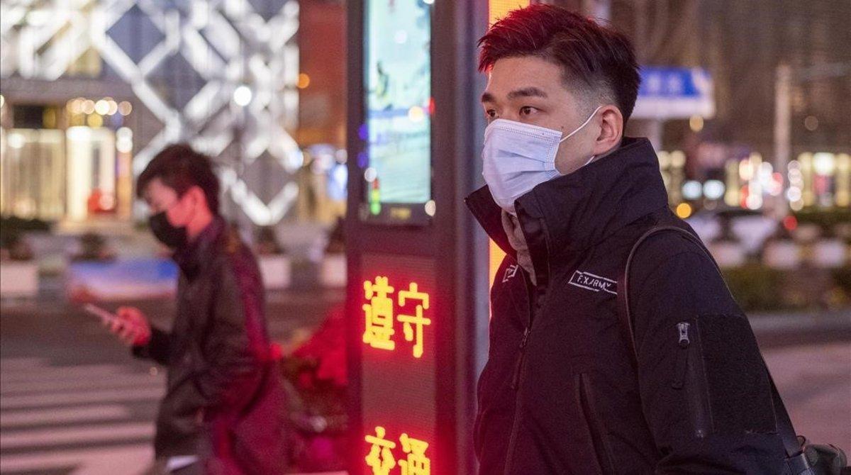 Un hombre en Shanghai con mascarilla para evitar el coronavirus.