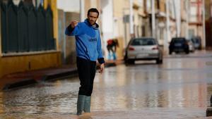 Un vecino camina por una de las calles inundadas en San Pedro del Pinatar,en Murcia, tras el paso de la borrasca Gloria esta semana.