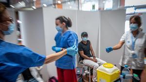 Un joven se vacuna contra el covid en la UPC.