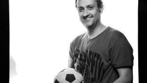 Albert Espinosa posa con un balón de fútbol.