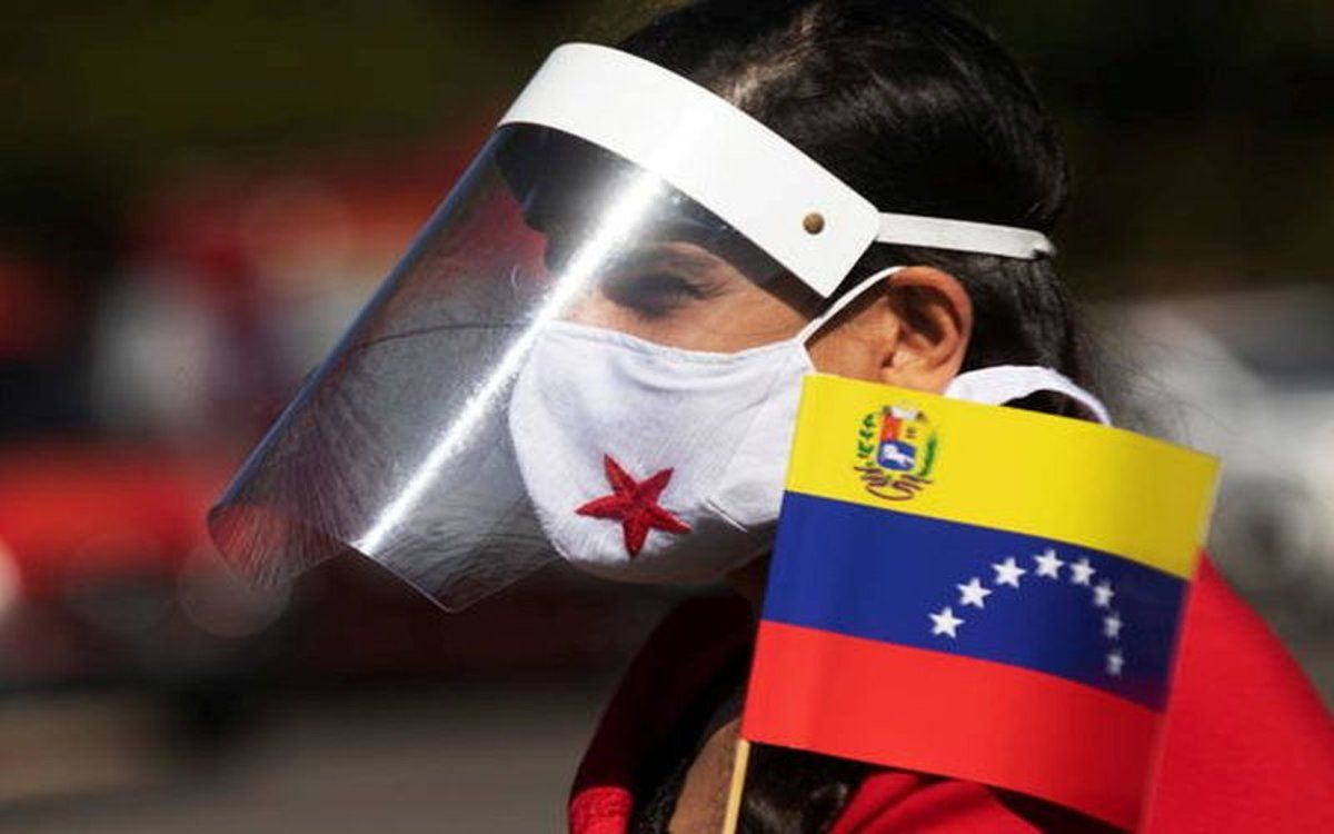 Una persona con careta y mascarilla en Venezuela por el coronavirus.
