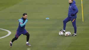 Messi se prueba ante Koeman, en el estadio de La Cartuja de Sevilla.