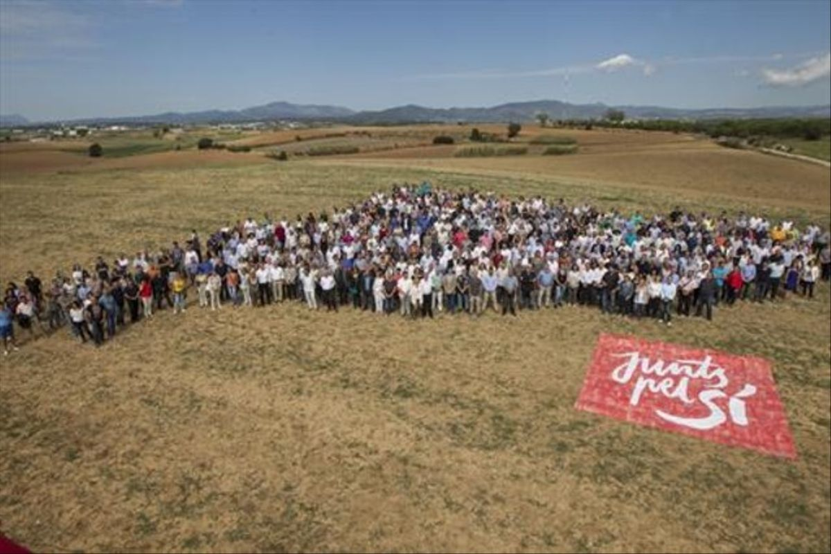 Candidatos de Junts pel Sï de todas las comarcas forman un mapa de Catalunya, ayer, en Mollet.