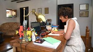 Ariadna Lluís, teletrabajando desde la segunda residencia, en Pujalt (Anoia), el pasado 8 de julio.
