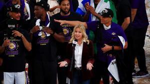 Jeanie Buss pronuncia unas palabras después de conquistar el título los Lakers ante Miami Heat.