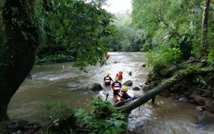 Labores de rescate de personas en un río de Panamá.