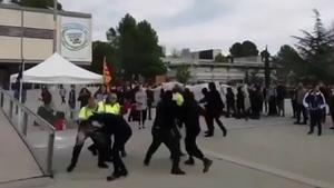 Momento en que unos encapuchados se enfrentan a vigilantes de la UAB que protegían una carpa constitucionalista, este miércoles