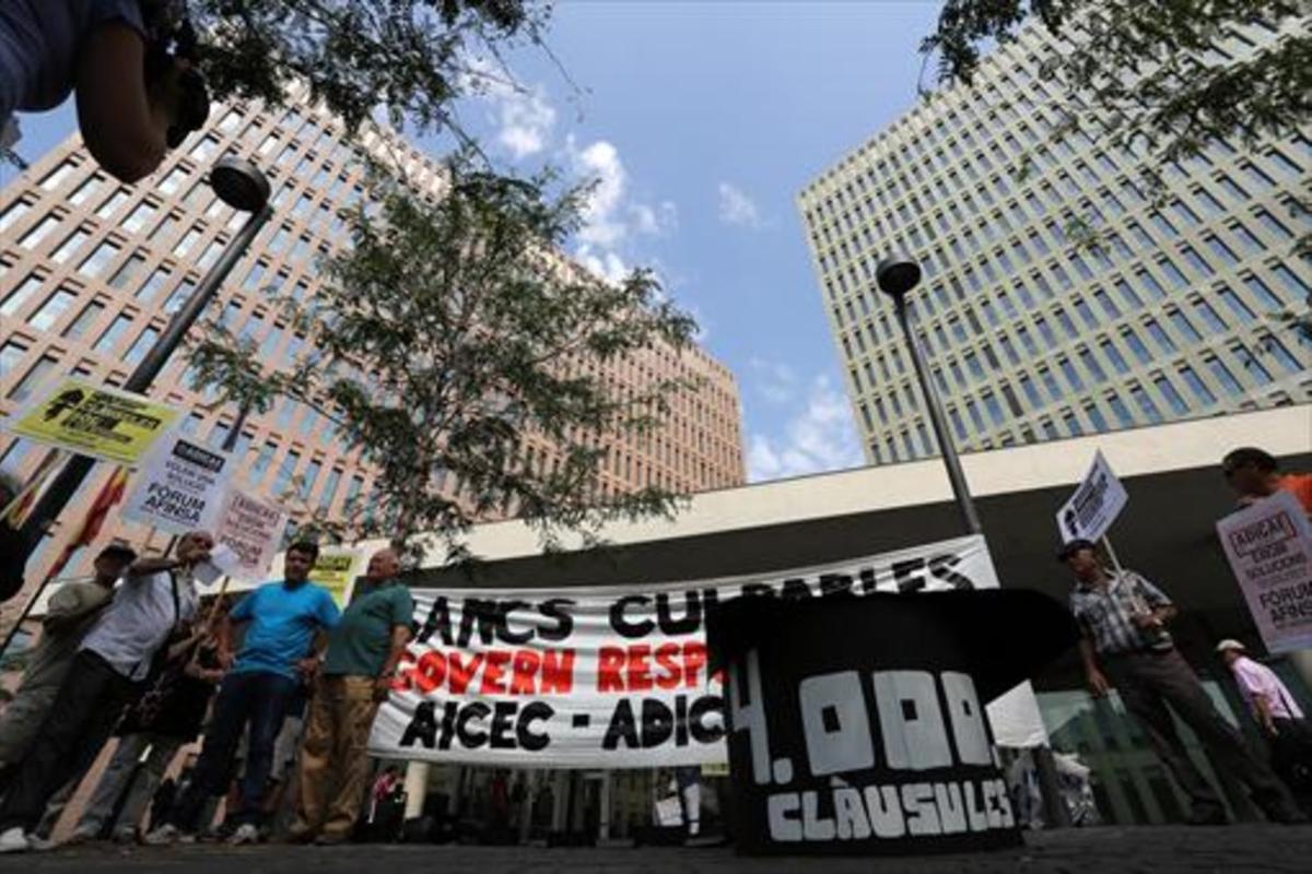 Concentración de afectados por las cláusulas suelo en la Ciutat de la Justícia, en julio del 2013.
