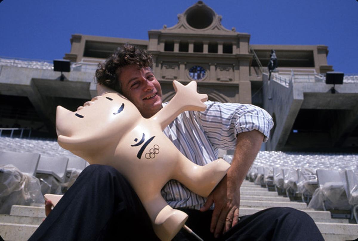 Xavier Mariscal, con Cobi, en el Estadi Olímpic, en la época de los Juegos Olímpicos de Barcelona-92.