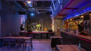 La Deskomunal, transformándose en sala de conciertos, este lunes.