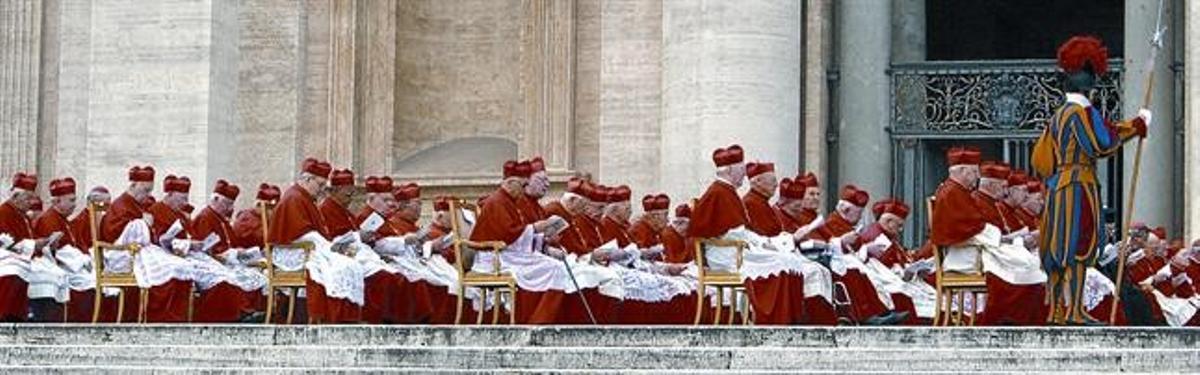 Los cardenales asisten a un acto presidido por el Papa, en el 2006.