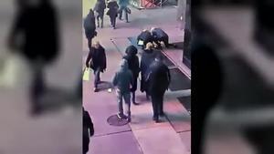 La policia de Nova York localitza l'amo d'un anell de compromís que va caure per la claveguera