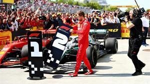 Sebastian Vettel (Ferrari) muestra su enfado tras la sanción que le hizo perder la carrera en favor de Lewis Hamilton (Mercedes)