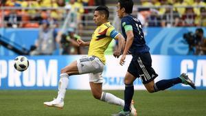 Falcao pugna por el balón perseguido por el japonés Hasebe.