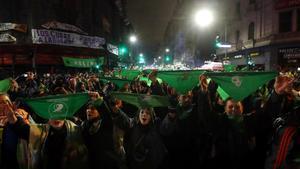 Protesta de la 'ola verde' en Buenos Aires frente al Senado.