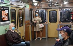 Pasajeros con mascarilla en un vagón del metro de Kiev.