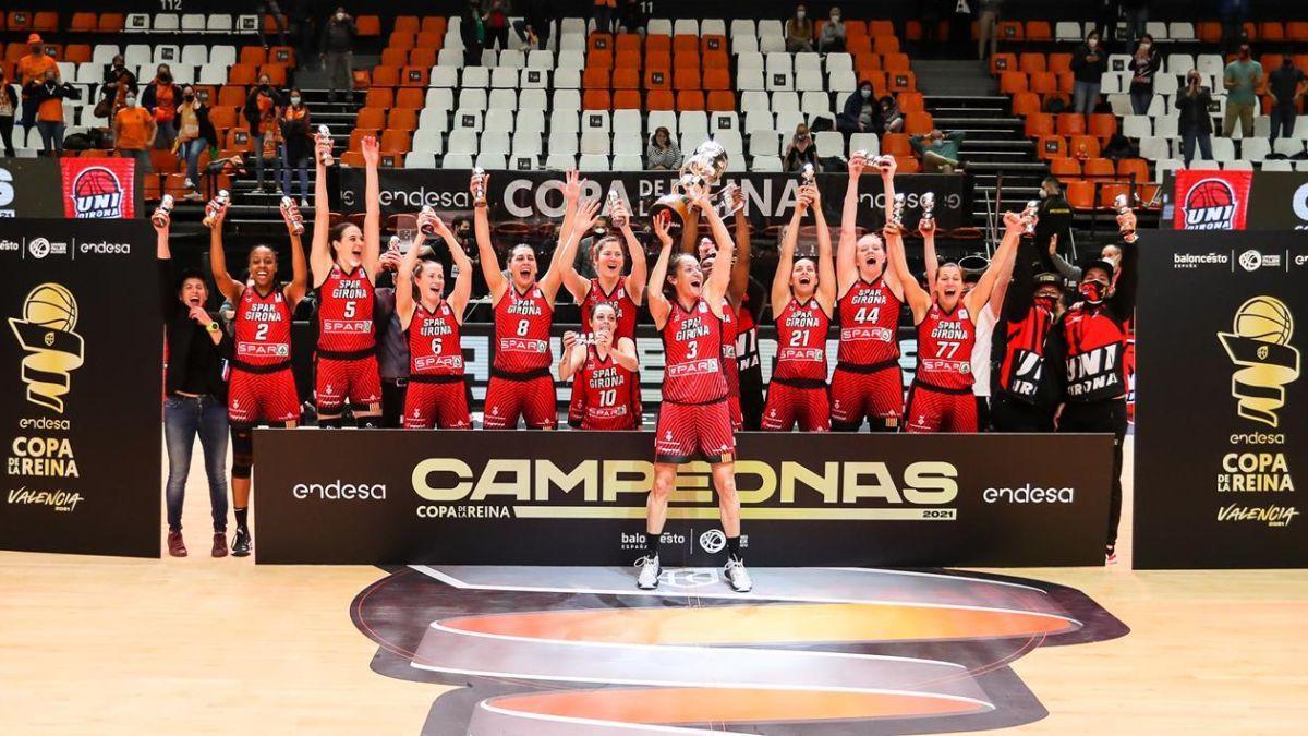 Las jugadoras del Spar Girona celebran el título en La Fonteta.