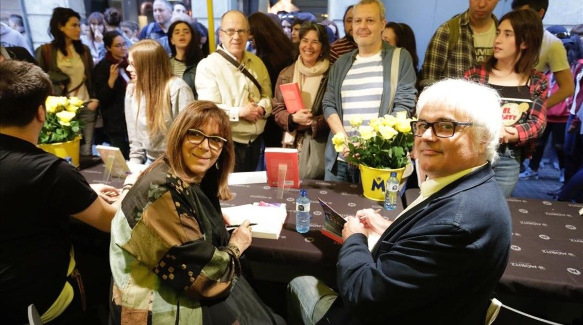 Maria del Mar Bonet y Jordi Bianciotto, firmando a cuatro manos el libro sobre los 50 años de la cantautora en el escenario.