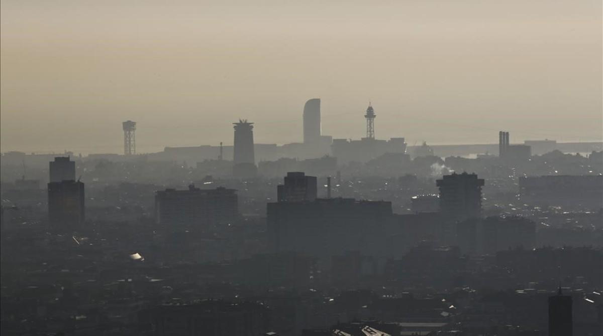 La característica 'boina' de contaminación de Barcelona durante un episodio anticiclónico intenso en febrero del 2013.