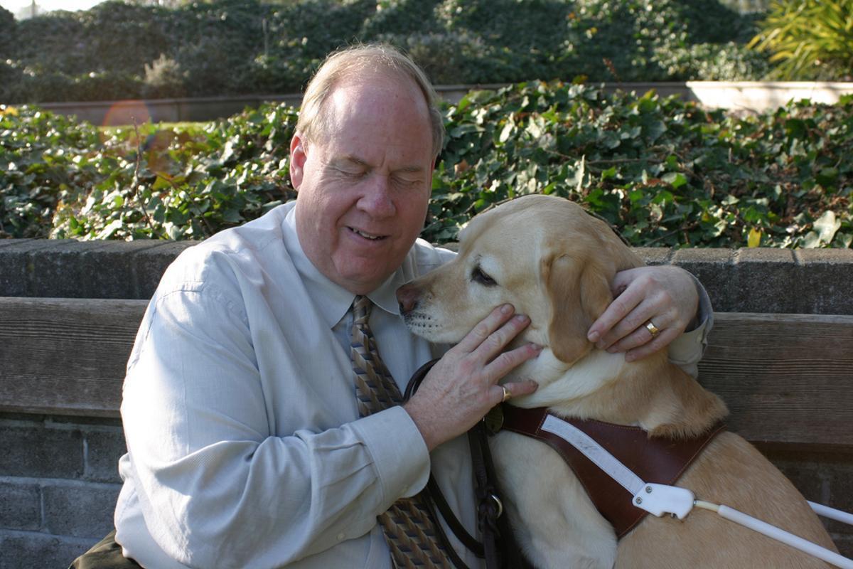 Michael Hingson, un hombre ciego que escapó de la planta 78 de la Torre Norte con su perra Roselle