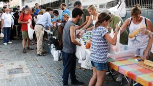 Voluntarios reparten comida junto a la estación del Nord.