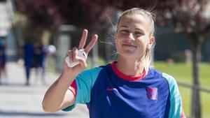 La suiza Ana Crnogorcevic, camino del último entrenamiento antes de viajar a Francia.