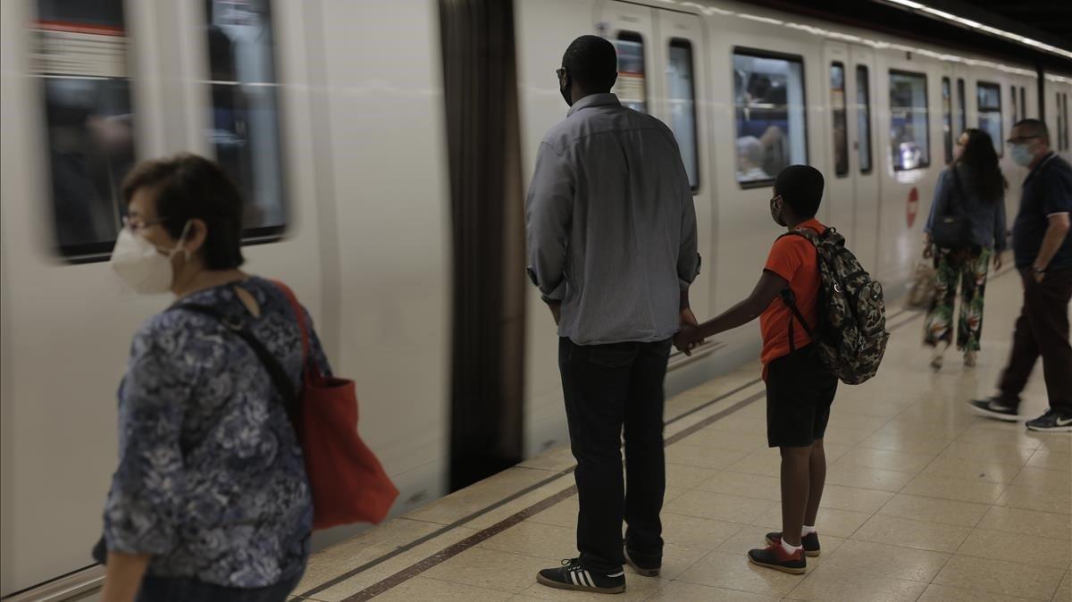 La estación de metro de Verdaguer, el primer día de colegio en Catalunya.