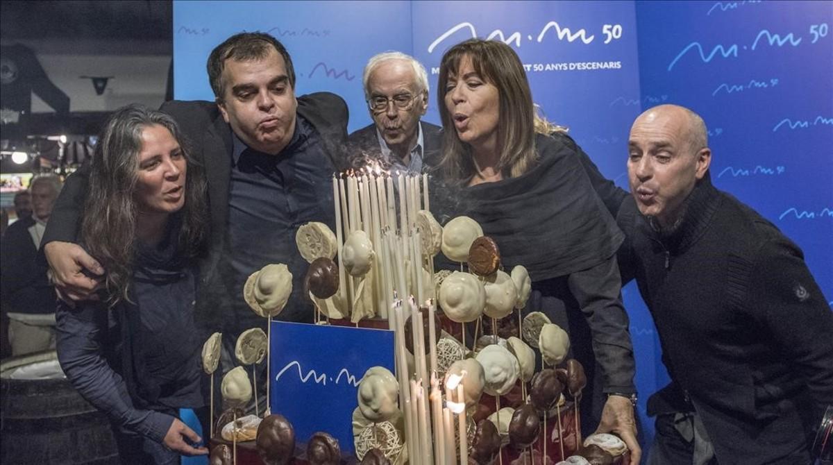 Maria del Mar Bonet sopla las velas del pastel de los 50 años de carrera, acompañada por Teresa Roig, Yanni Munujos, Josep Maria Espinàs y Oriol Ferrer.