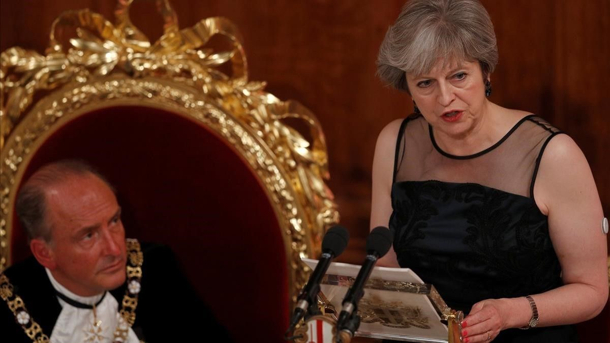 May (derecha) pronuncia un discurso en el Banquete del Lord Mayor, Charles Bownan, en Londres, el 13 de noviembre.