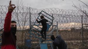 La UE als refugiats: «No aneu a la frontera amb Grècia, està tancada»