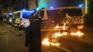 Quema de un furgón de la Guardia Urbana en la Rambla de Barcelona